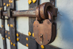 Serrure rouillée sur la vieille porte Photo stock
