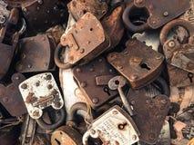 Serrures antiques et clés à vendre Photographie stock libre de droits