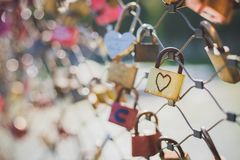 Serrures color?es d'amour sur un pont photo stock