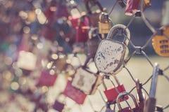 Serrures color?es d'amour sur un pont images stock