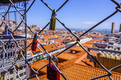 Serrures comme preuve de l'amour fixée à une barrière au-dessus des dessus de toit de Lisbonne Photos libres de droits