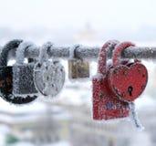 Serrures congelées, certaines en forme de coeur Photographie stock libre de droits