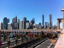 Serrures d'amants sur le pont de Brooklyn, NYC Image stock