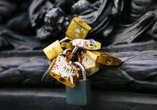 Serrures d'amour à Paris, France Photographie stock libre de droits