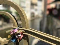 Serrures d'amour à un pont Image stock