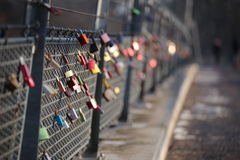 Serrures d'amour accrochant sur une balustrade de pont Photo stock