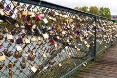 Serrures d'amour au pont de Paris Photos stock