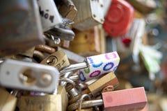 Serrures d'amour au pont Prague Photographie stock libre de droits