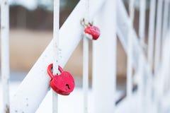 Serrures d'amour de mariage sur le pont Photo libre de droits