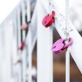 Serrures d'amour de mariage sur le pont Photos stock
