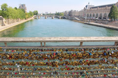 Serrures d'amour de Paris sur le pont Photos libres de droits