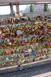 Serrures d'amour de Paris sur le pont Photographie stock libre de droits