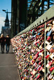 Serrures d'amour de pont de Hohenzollern à Cologne Photo libre de droits