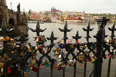 Serrures d'amour de Prague, Charles Bridge Image stock