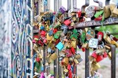 Serrures d'amour reliées à un pont Photo libre de droits