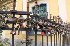 Serrures d'amour sur la barrière de fer Photos libres de droits