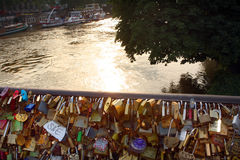Serrures d'amour sur la Seine Paris Photographie stock libre de droits