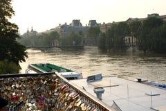 Serrures d'amour sur la Seine Paris Images stock