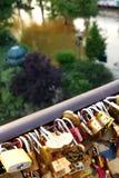 Serrures d'amour sur la Seine Paris Image stock