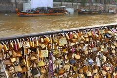 Serrures d'amour sur la Seine Paris Photos libres de droits
