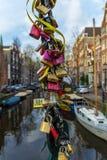 Serrures d'amour sur le pont d'Amsterdam Image stock