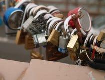 Serrures d'amour sur le pont de Brooklyn, New York, Etats-Unis Images stock