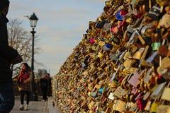 Serrures d'amour sur le pont de Pont des Arts à Paris Photographie stock