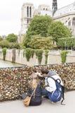 Serrures d'amour sur le pont de Paris Image libre de droits