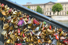 Serrures d'amour sur le pont de Pont des Arts Photographie stock