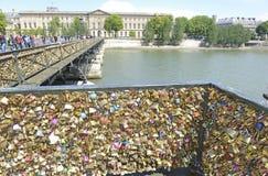 Serrures d'amour sur le pont de Pont des Arts Photos libres de droits