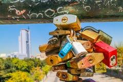 Serrures d'amour sur le pont en Santiago Chile Photographie stock