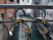 Serrures d'amour sur un pont à Venise Photographie stock libre de droits