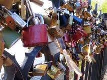 Serrures d'amour sur un pont Photographie stock