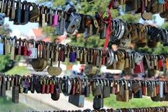 Serrures d'amour sur un pont Mesarski plus à Ljubljana image libre de droits