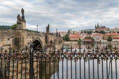Serrures d'amour sur une barrière à Prague Images libres de droits