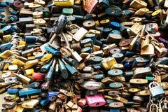 Serrures de fond d'amour, cadenas symboliques Photos libres de droits