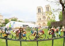 Serrures de l'amour par Notre Dame Image stock