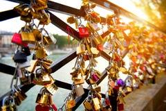 Serrures de l'amour sur le pont à Paris Photographie stock