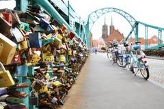 Serrures de l'amour sur le pont à Wroclaw photographie stock