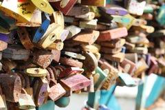 Serrures de l'amour sur le pont à Wroclaw photos stock