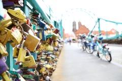 Serrures de l'amour sur le pont à Wroclaw image stock