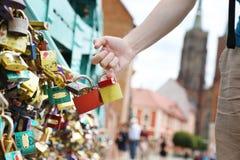 Serrures de l'amour sur le pont à Wroclaw photo stock