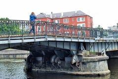 Serrures de l'amour sur le pont de Medovy Kaliningrad Russie Photos libres de droits