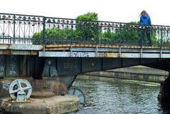 Serrures de l'amour sur le pont de Medovy Kaliningrad Russie Images stock