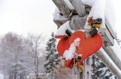 Serrures de mariage et coeurs de épouser couverts de neige sur le parapet du pont au-dessus de la rivière congelée dans une petit images libres de droits