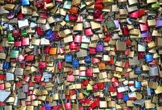 Serrures de mariage sur le pont Serrure rouge de coeur attachée à la grille de pont Images stock