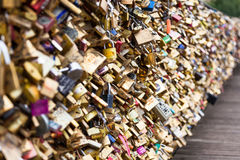 Serrures de Pont des Arts à Paris, France - pont d'amour Photo stock