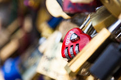 Serrures de Pont des Arts à Paris, France - pont d'amour Photographie stock libre de droits