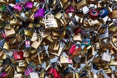 Serrures de Pont des Arts à Paris, France - pont d'amour Images libres de droits