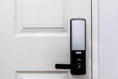 Serrures de porte électriques sur la porte blanche Photographie stock libre de droits